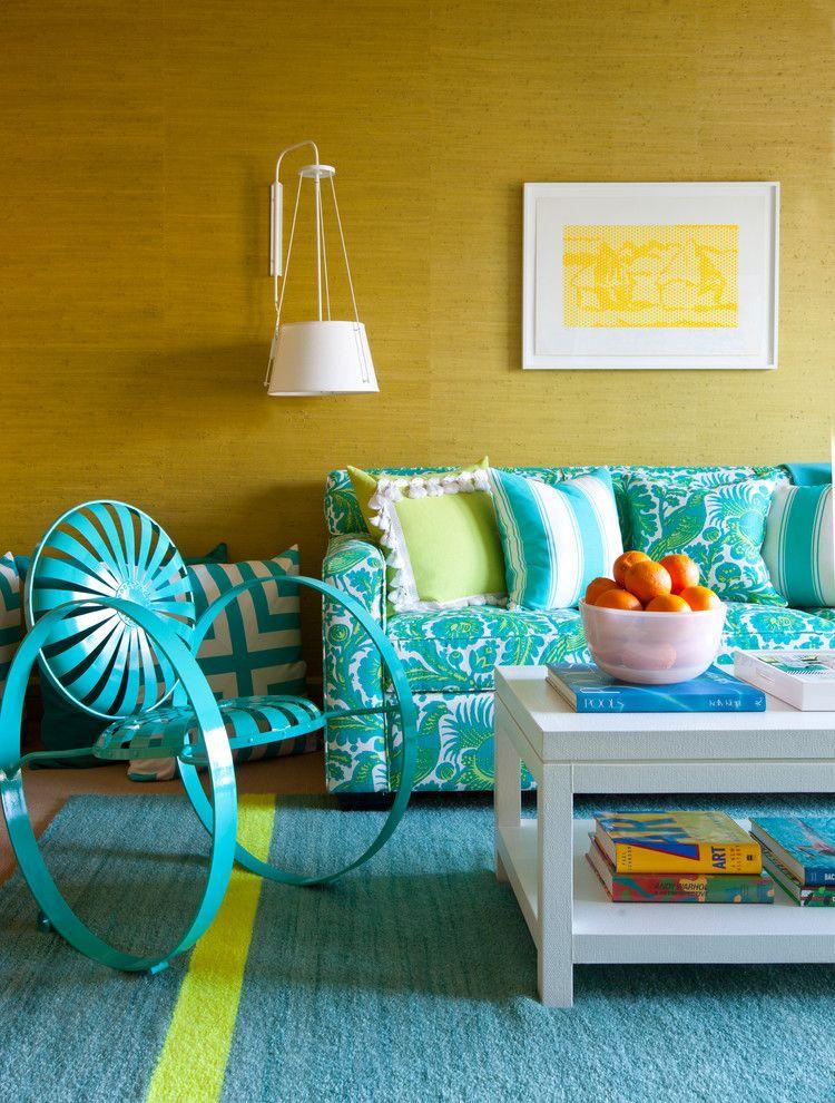 Fauteuil original dans le hall avec un tapis turquoise