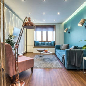 Đèn sàn với một giá đỡ trượt trên sàn phòng khách