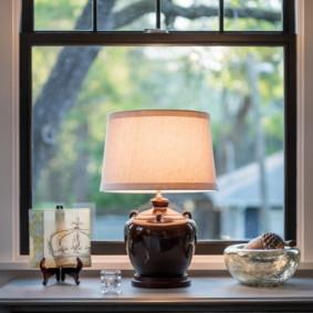 Đèn bàn trên bậu cửa sổ trong hội trường