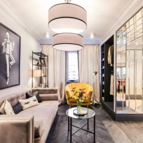 Phòng khách hẹp trong một căn hộ thành phố