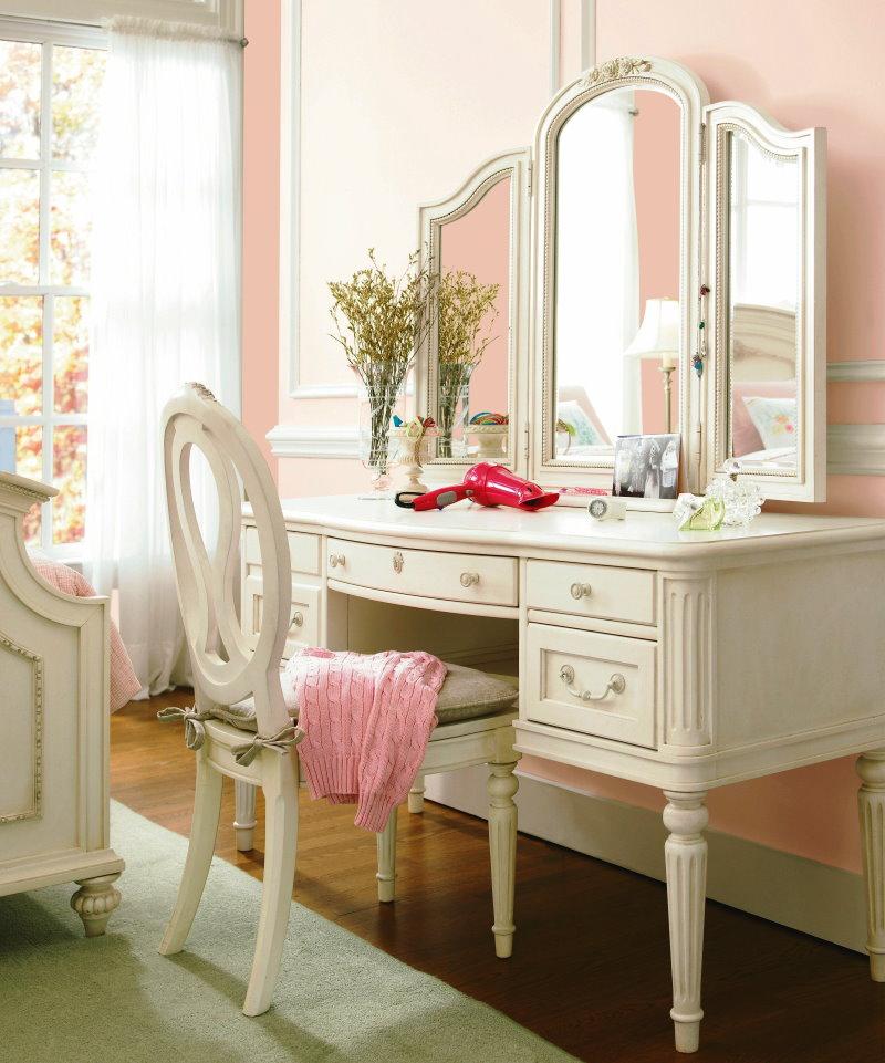 Treillis de couleur claire dans une pièce avec un mur rose