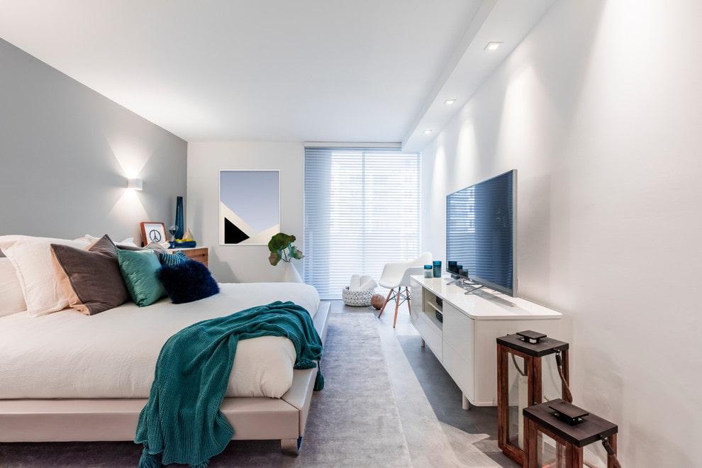 Télévision blanche dans une chambre de style moderne
