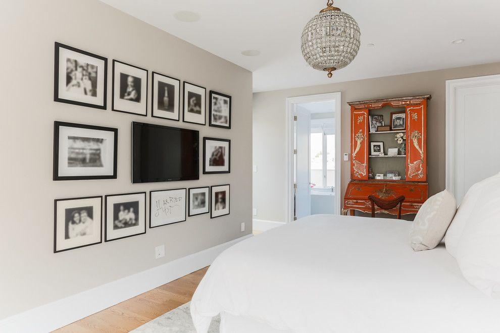 Photo en noir et blanc sur le mur de la chambre autour du téléviseur