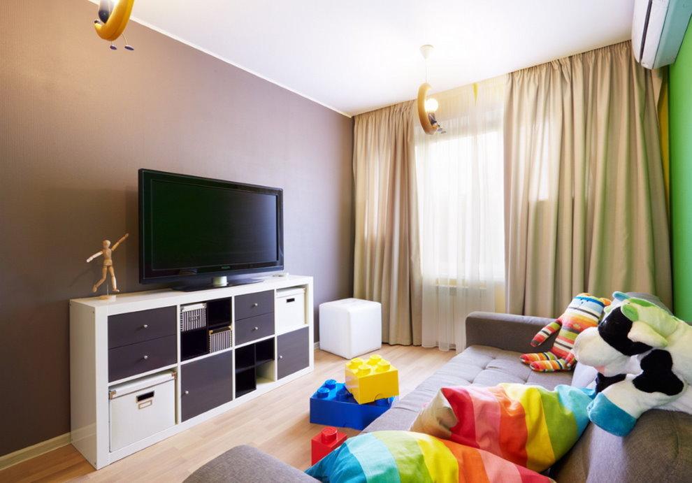 L'intérieur de la chambre des enfants avec une télévision