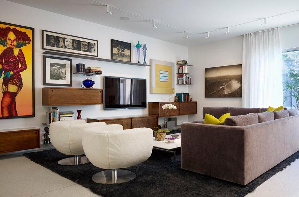 Place pour une télévision sur le mur du salon