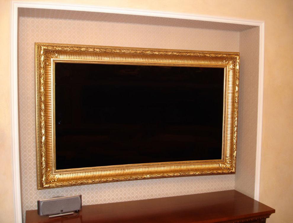 TV dans un cadre en bois dans la niche murale
