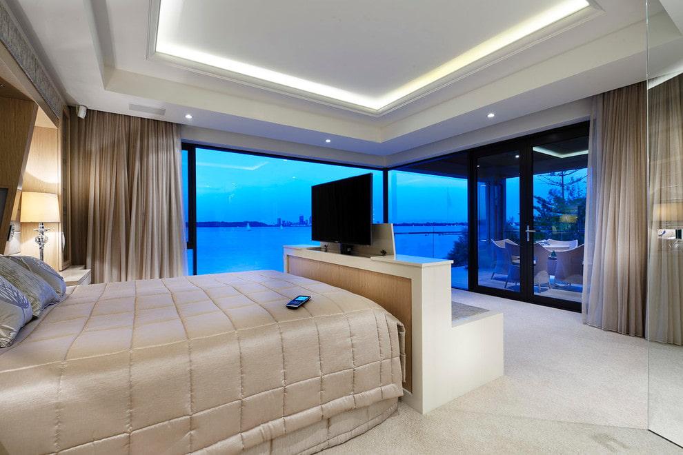 TV rétractable dans la chambre avec fenêtres panoramiques