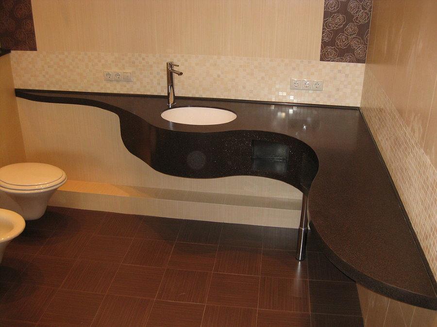 Mặt bàn acrylic tối màu trong phòng tắm rộng rãi