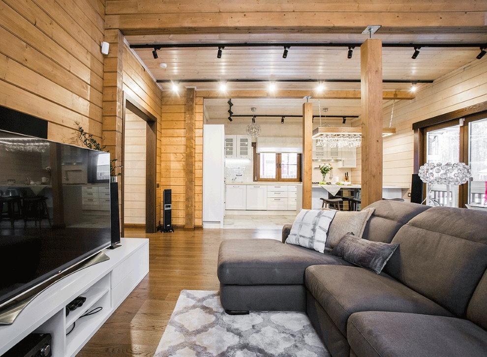 Theo dõi đèn trong phòng khách của một ngôi nhà làm bằng gỗ