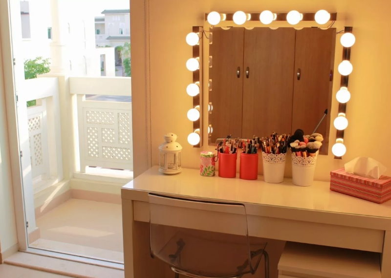 Ampoules LED autour du miroir dans la coiffeuse