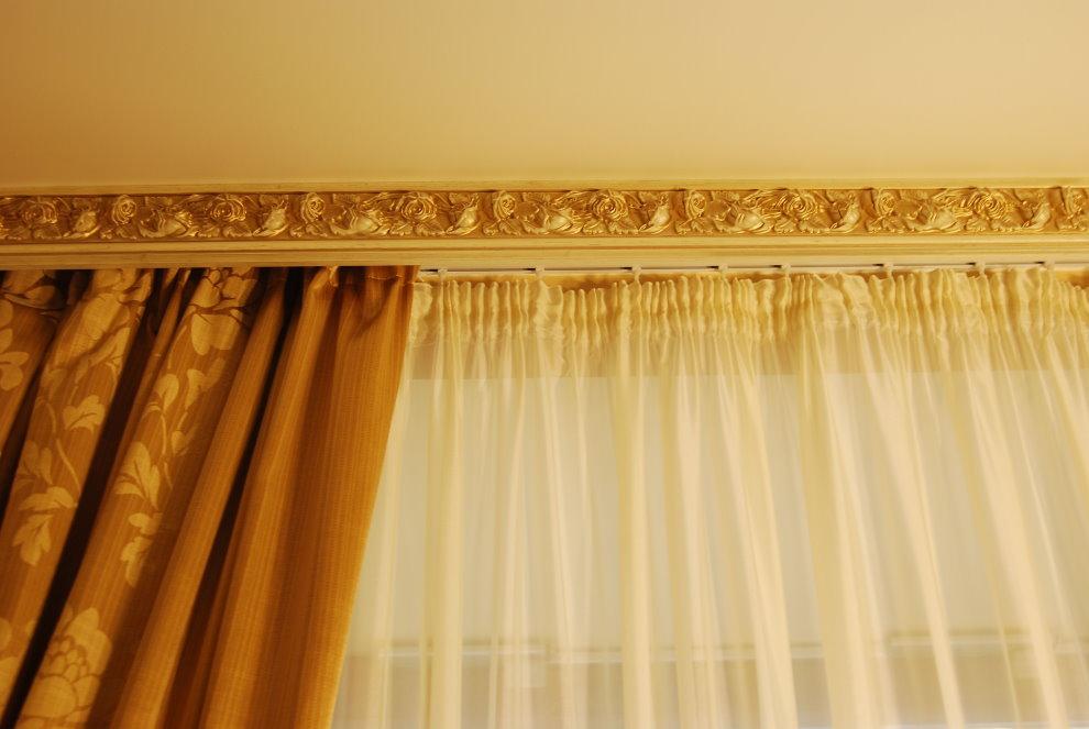 Fixation de tulle et rideaux sur une moulure d'encadrement