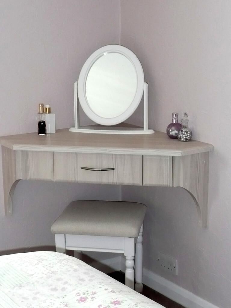 Miroir ovale sur une table suspendue