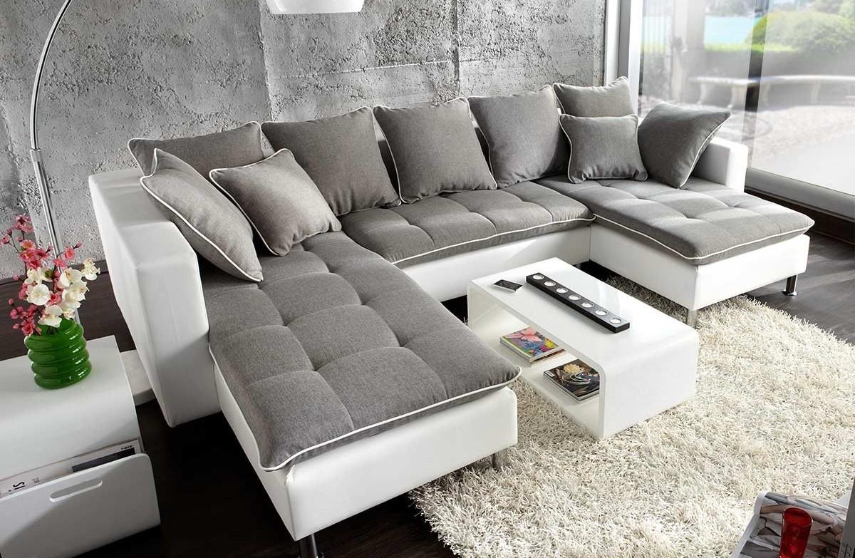 canapé d'angle gris dans le salon