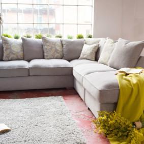 canapé d'angle dans le salon aperçu