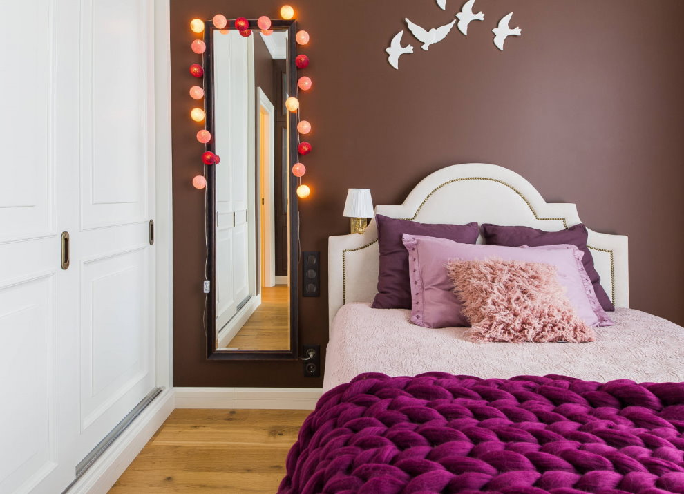Guirlande sur un miroir étroit dans une chambre