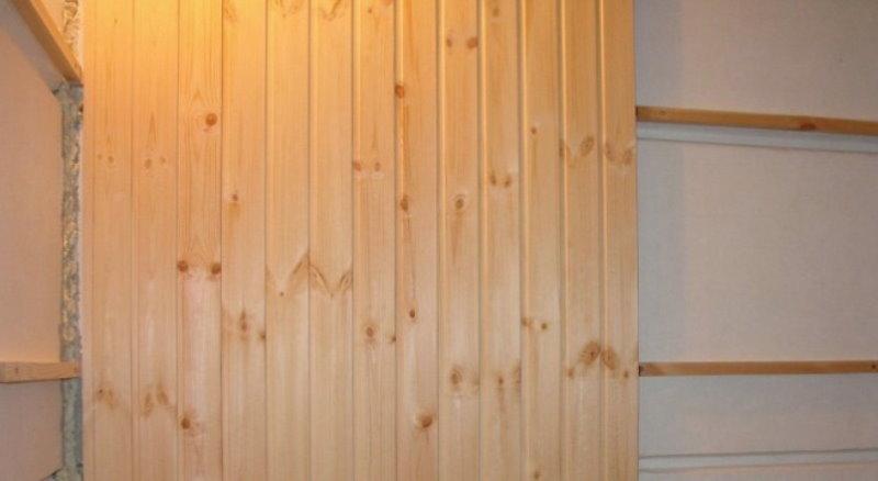 Panneaux en bois sur le mur avec une caisse