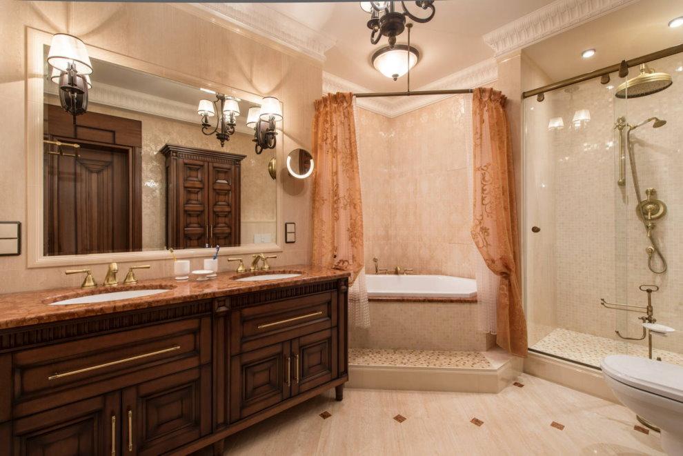 Baignoire d'angle dans la chambre avec rideaux