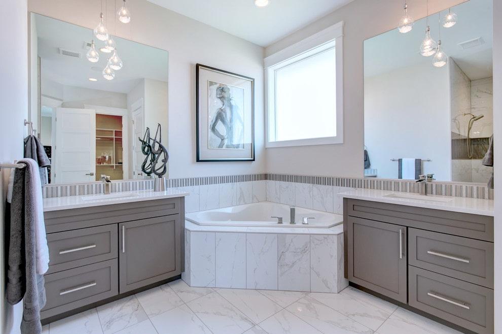 Intérieur de salle de bain de style classique avec vasque d'angle
