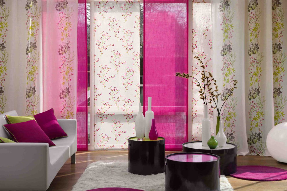 Những bức tranh nhiều màu của rèm cửa Nhật Bản trên cửa sổ toàn cảnh phòng khách