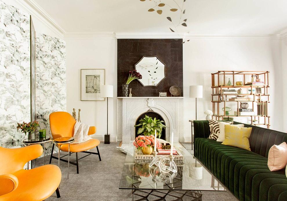 Chaises jaune vif dans un hall de 18 m² avec cheminée