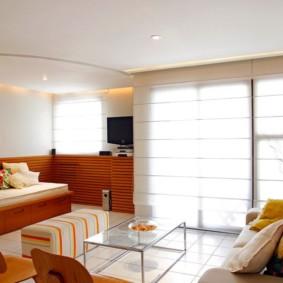 Zonage du salon avec un rideau sur le rebord