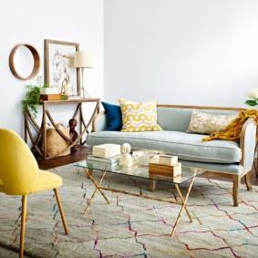 Canapé droit sur le tapis dans le hall