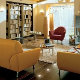 Chaises en cuir dans le salon avec des livres