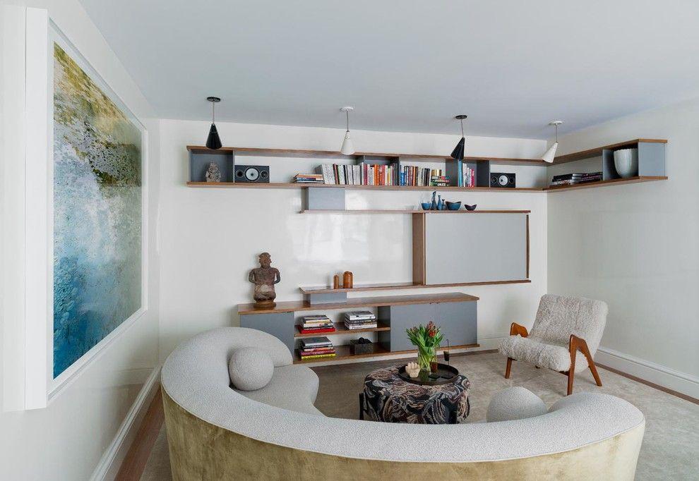Étagères ouvertes sur le mur de la salle dans un style moderne