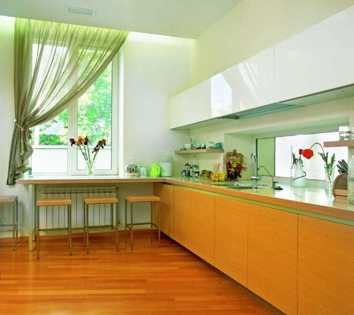 Rideau vert clair sur un côté de la fenêtre de la cuisine