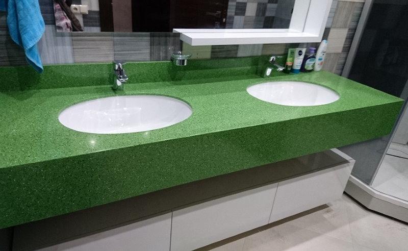 Mặt bàn xanh trong phòng tắm với hai chậu rửa