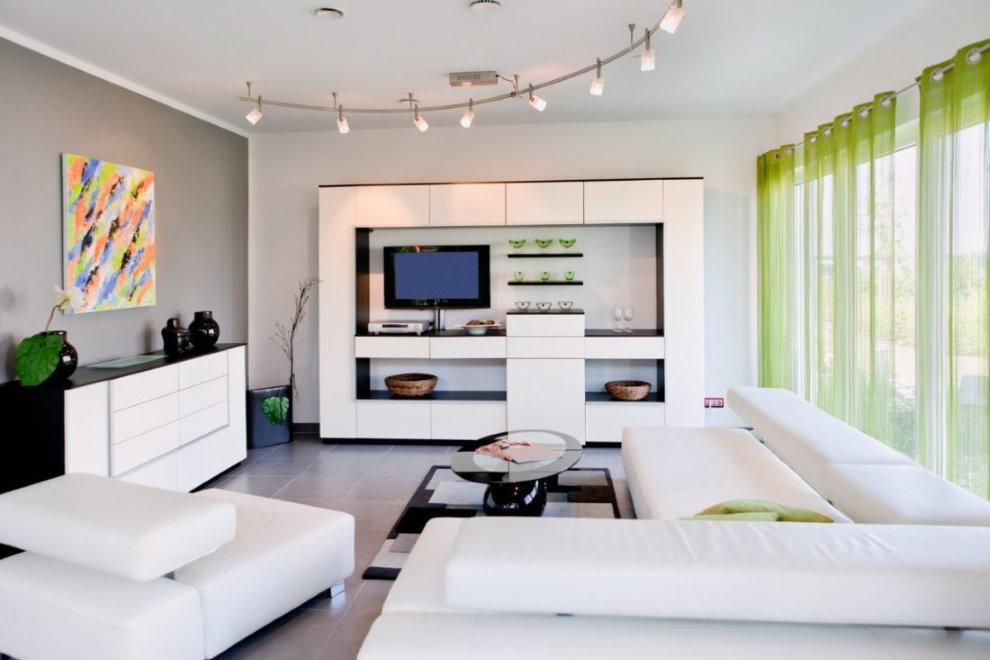 Rideaux lumineux en tulle vert dans le hall avec mobilier blanc