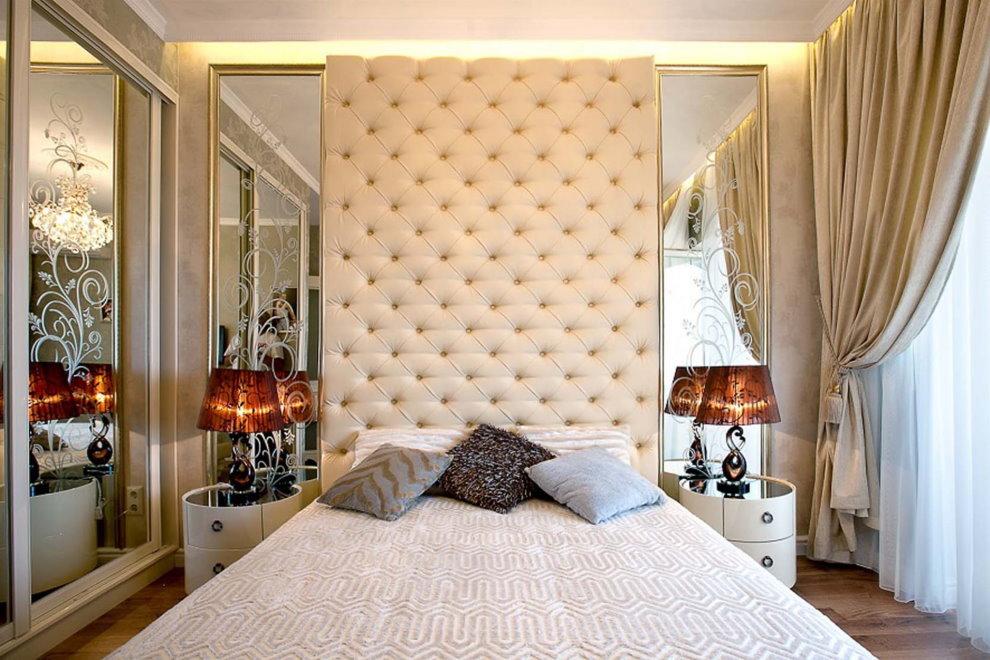 Miroirs avec dessins sur les côtés du lit