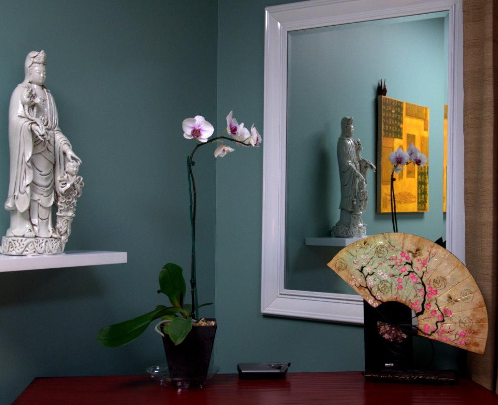 Un petit miroir sur le mur de la chambre
