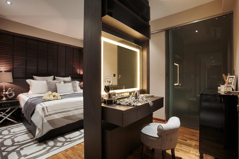 Coiffeuse avec miroir dans la chambre d'un style moderne