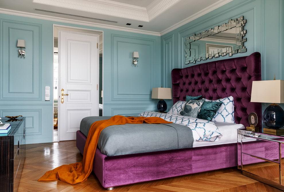 Tête de lit moelleuse d'un lit large