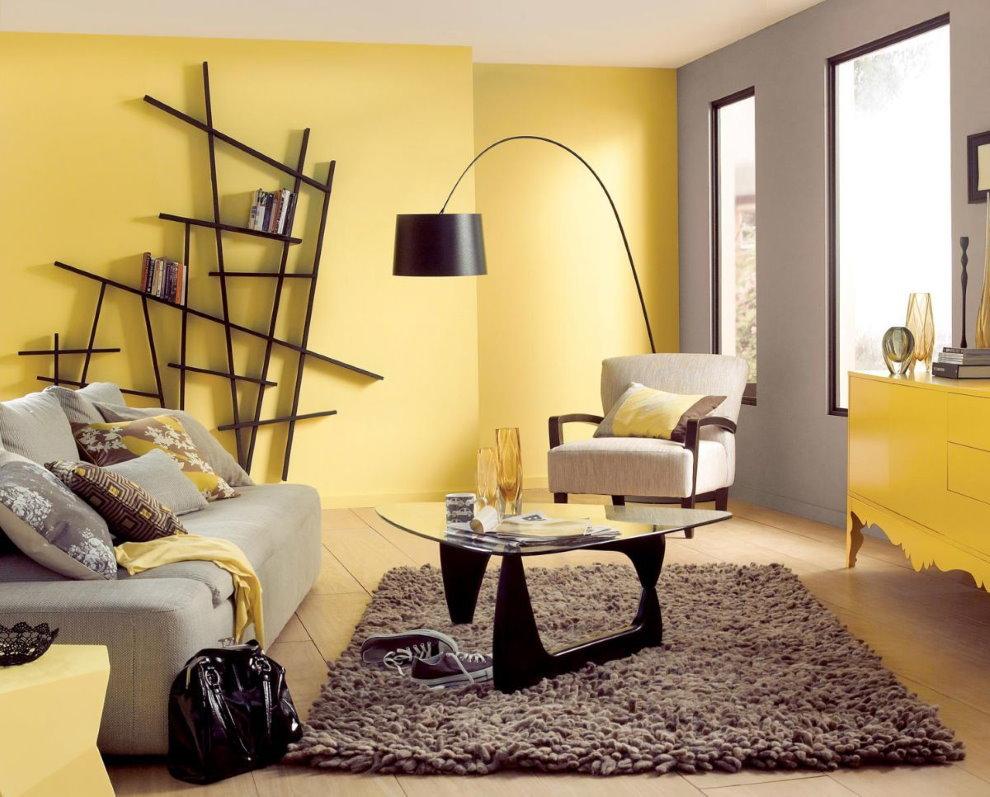 Étagères personnalisées sur le mur jaune du salon