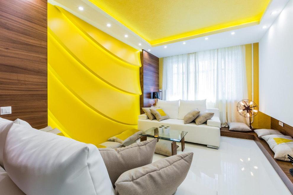 Lumières jaunes sur le plafond tendu du salon
