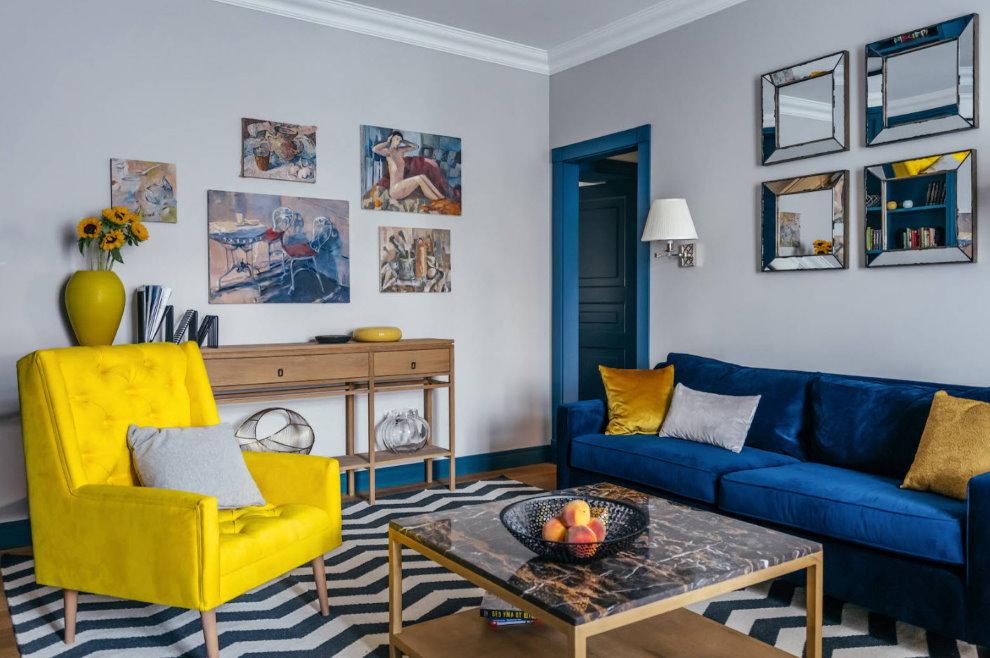 Ghế bành màu vàng trong sảnh căn hộ