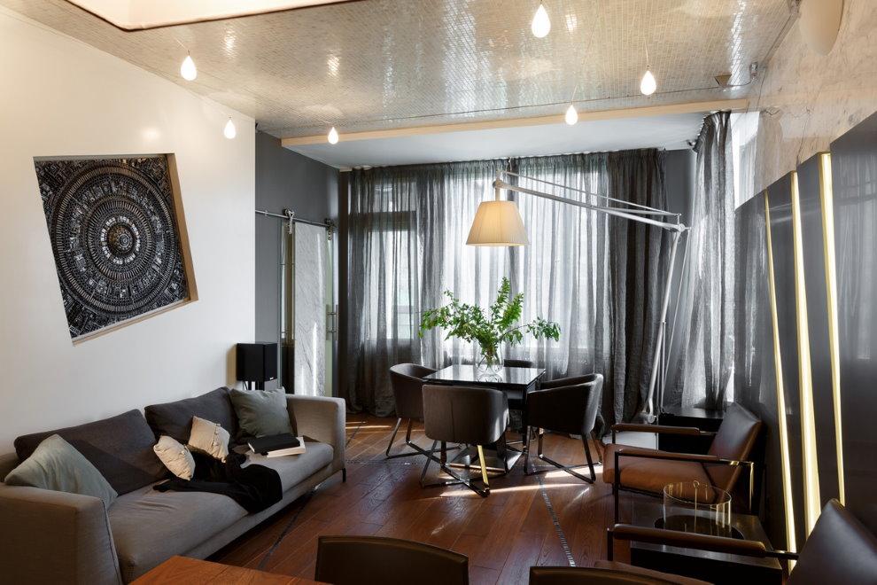 Lampes au plafond du salon de l'appartement