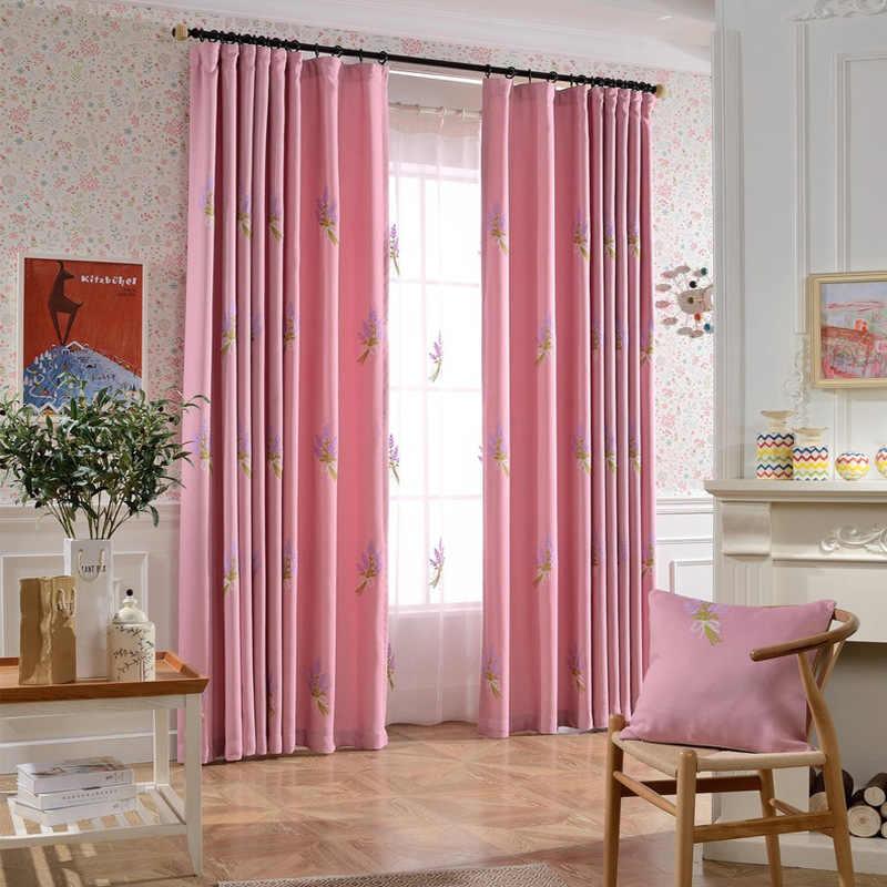 rideaux de satin rose sur une corniche noire