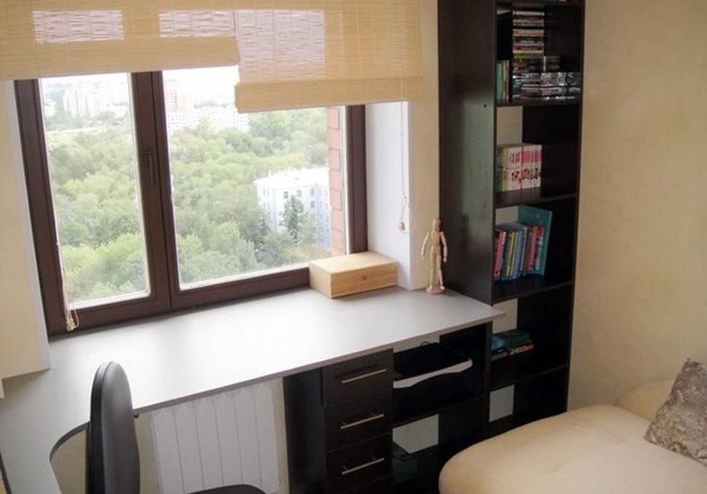 Table de seuil blanc dans une petite chambre
