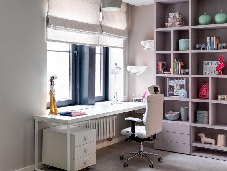 Un bureau près du rebord de la fenêtre dans la chambre des enfants
