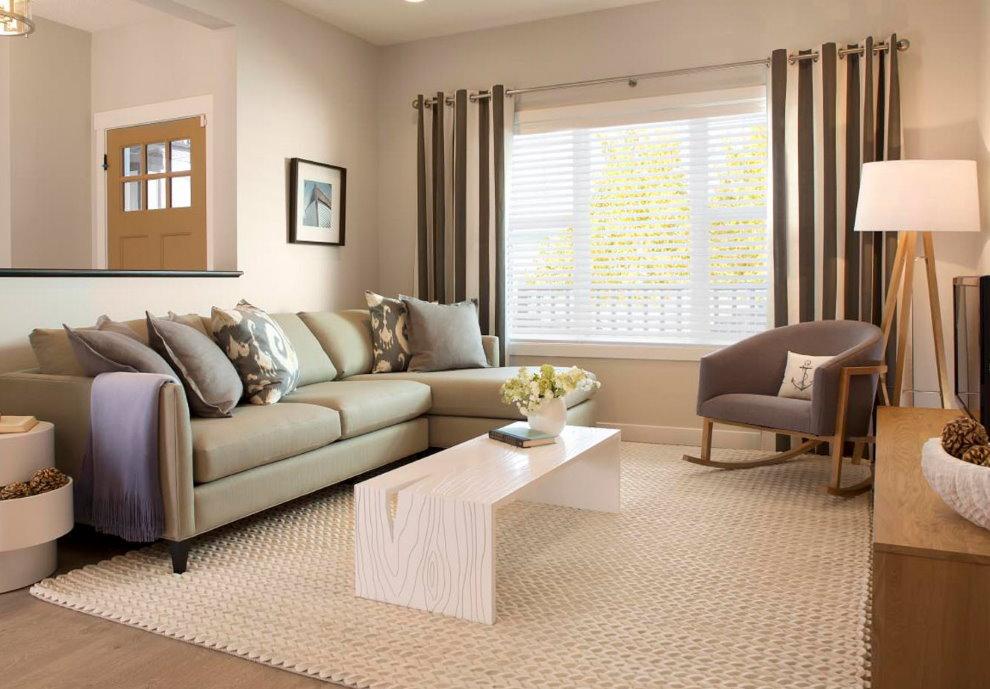 Tapis beige clair dans le salon d'une maison privée