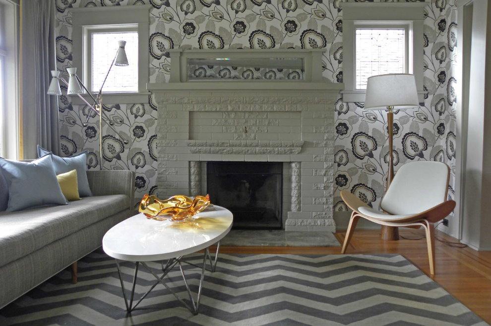 Papier peint en papier dans le salon avec cheminée