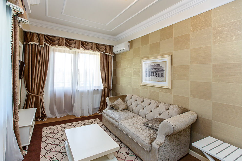 Papier peint sous panneaux de bois à l'intérieur de la salle
