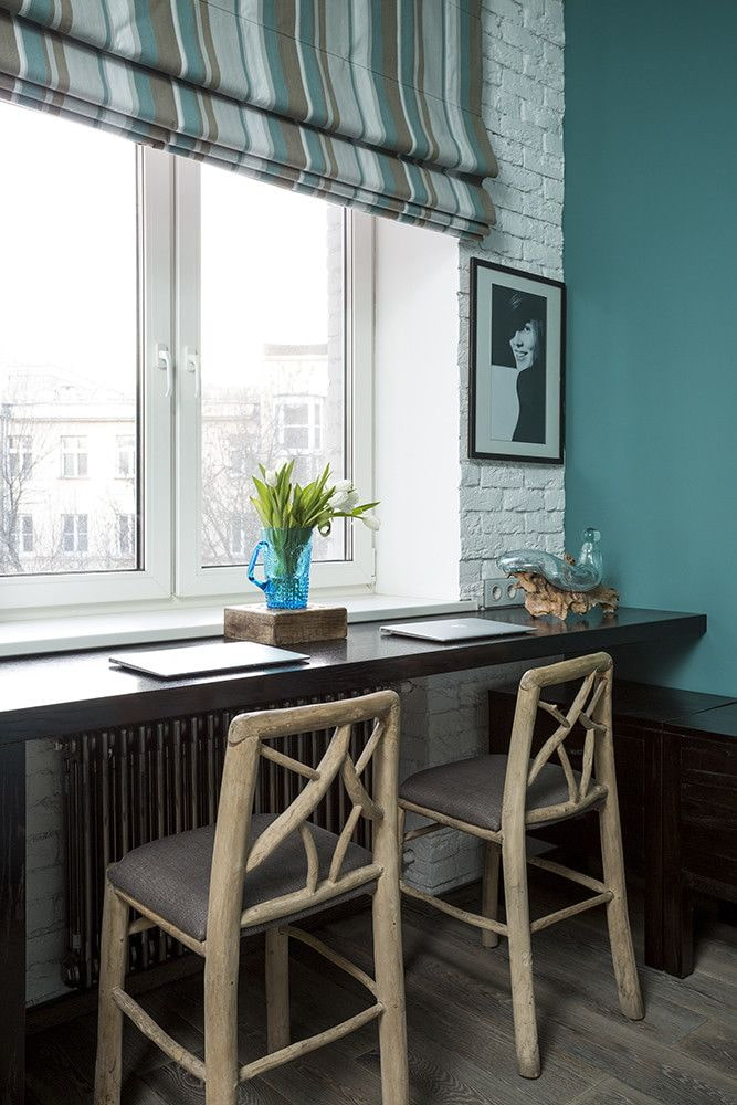 Tabourets de bar devant une table de rebord de fenêtre