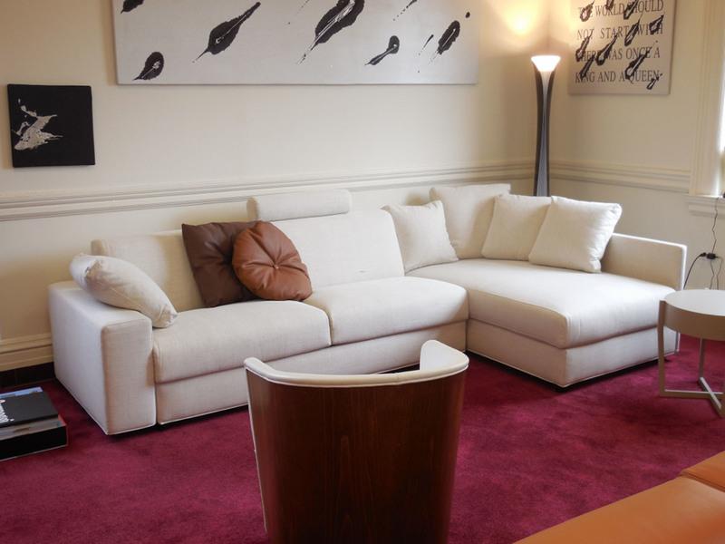 Thảm Burgundy trước ghế sofa trắng