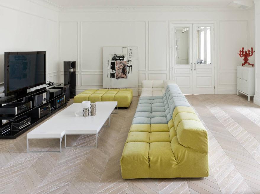Sofa rộng rãi ở giữa phòng khách
