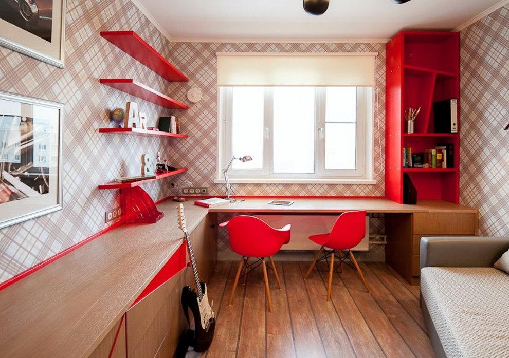 Chaises rouges devant un bureau dans une chambre d'adolescents