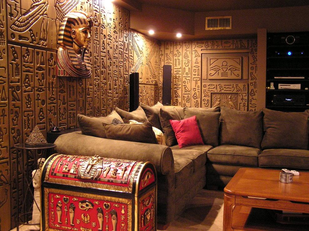 Hiéroglyphes égyptiens antiques sur le mur du salon